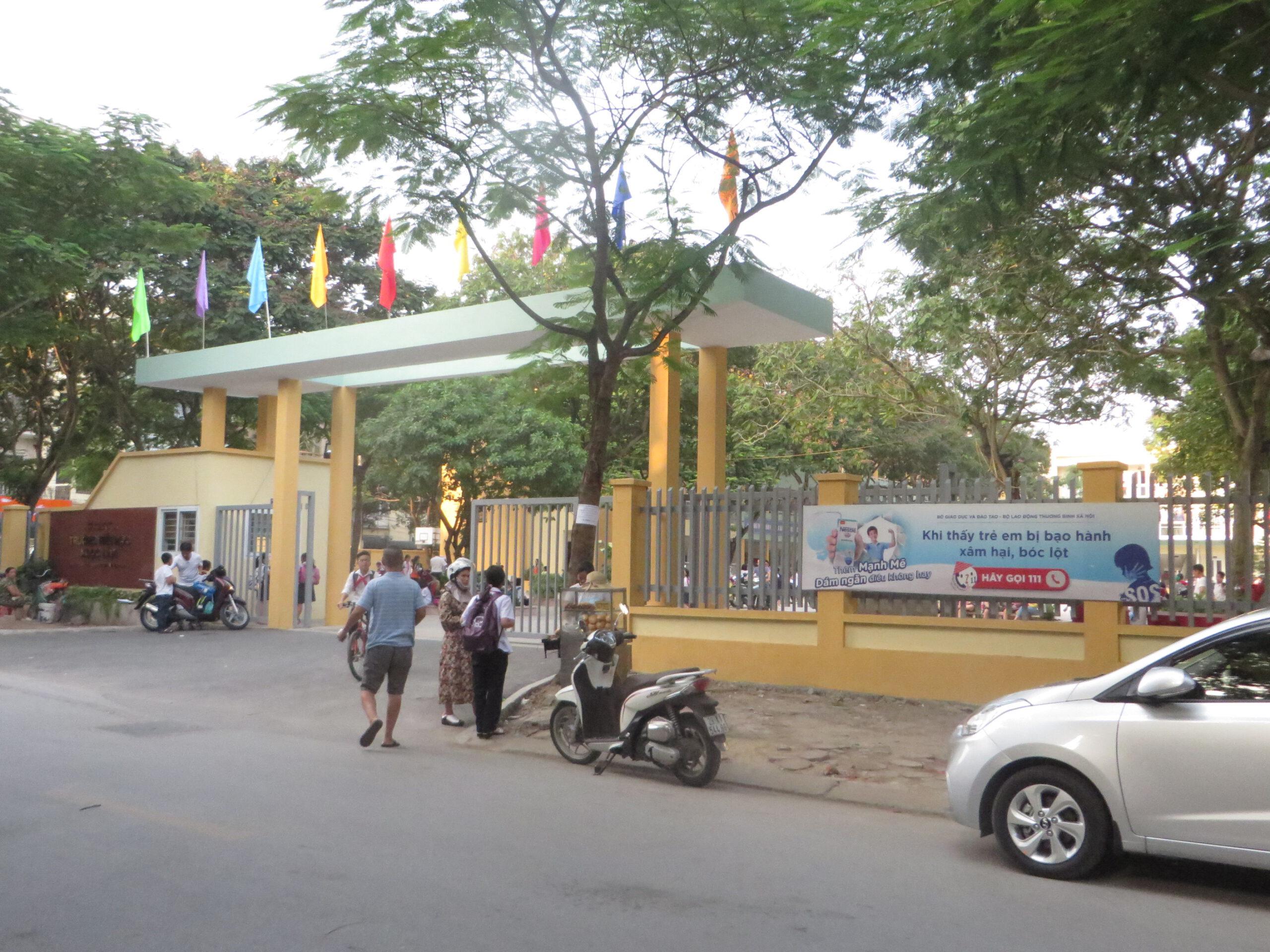 Bảng quảng cáo cổng trường